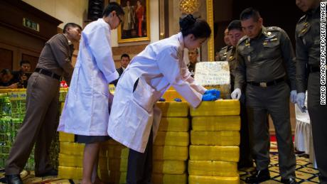 Thai General Chief General Police Chaktida Chidinda (second from right) is monitoring police officers to inspect seized drugs at a press conference in Bangkok on May 11th. Ten million yaba pills made in Myanmar and nearly half a ton of crystals with tea bags hidden from an escort in downtown Bangkok, the Thai police said.