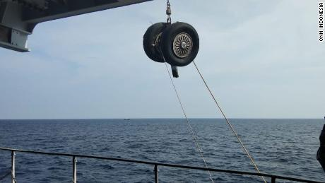 Lion Air crash: The divers find the main fuselage, they hear the signal from the missing black box, officials say